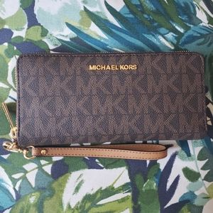 Accepting offers💖Michael Kors travel wallet